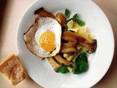 jajko z makaronem i pieczarkami