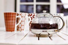 Dzbanek z sitem do zaparzania LUX, a w tle kubki porcelanowe PATTERN Tea Pots, Tableware, Pattern, Dinnerware, Tablewares, Patterns, Tea Pot, Dishes, Model