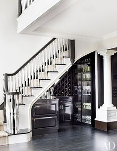 Tour Blaine Trump's Brilliant Manhattan Pied-À-Terre Photos Foyer Staircase, Curved Staircase, Staircase Design, Bar Under Stairs, Under Stairs Wine Cellar, Home Wine Cellars, Modern Home Bar, Manhattan Apartment, Architectural Digest