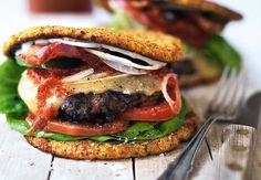 Prøv denne saftige bacon-cheeseburger, som er bygget på et lækkert grønsagsfladbrød, og som har en saftig bøf, og hvad der ellers hører en burger til.