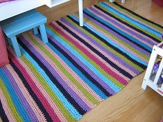 alfombra de trapillo de colores Crochet Carpet, Crochet Home, Knit Crochet, Painting Carpet, Knit Rug, Fabric Yarn, Beige Carpet, T Shirt Yarn, Crochet Designs