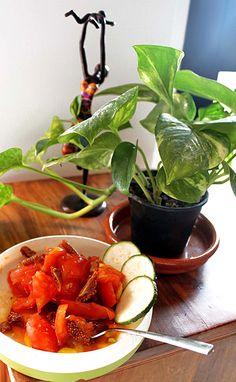 Ensalada de tomate rosa ebroVerde con higos y unas rodajas de calabacín. Pruébalo rociado con aceite de colza (rico en Omega 3) y tamari (salsa de soja). http://www.ebroverde.es/recetas-con-tomate-rosa-del-bajo-aragon/