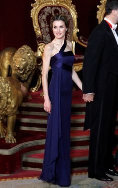 Queen Letizia of Spain One Shoulder Dress - Princess Letizia channeled her inner goddess in this gorgeous midnight-blue one-shoulder gown during a gala dinner. Estilo Real, Vip News, Spanish Royalty, Royal Look, Royal Dresses, Blue Gown, Royal Princess, Queen Letizia, Royal Fashion