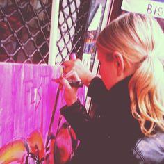 Une grappe en dégradé de roses pour le Zèbre à Paris #montmartre #streetart - édition #cabernetdanjou 2013 par Loic Mondé - Photo by instasoo