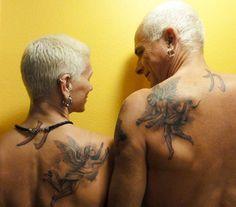 """I tatuaggi. Sempre più alla moda man mano che il tempo passa, sono definiti una tendenza del momento. Il numero di ragazzi che appena compiuti i diciotto anni corre a farsi un tatuaggio aumenta sempre di più. C'è chi è a favore e chi non lo è a causa dei rischi che farsi un tatuaggio … Continua a leggere """"Non Tatuarti, Fra 40 Anni Farai Schifo!"""", 20 Foto Di Anziani Che Ti Dimostreranno Il Contrario."""