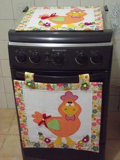 Lindo conjunto para fogão (4 bocas), composto por um pano para tampa e um panô para forno, ambos em tecido, decorado com patchcolagem de galinha e flores de fuxico. Lindo para decorar seu fogão, com muito charme, ou para presentear. <br>Medida dos dois produtos: 46 X 46 cada um. <br>ATENÇÃO: as estampas de tecido estão sujeitas à disponibilidade do fornecedor.