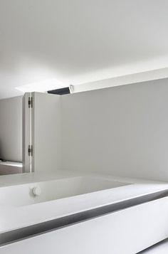 White bathroom, Isle of Water in Belgium by studio Five AM (photo Thomas de Bruyne)_
