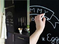 Eine einfache und schöne Idee, langweilige oder hässliche Schränke, z.B. auch Kühlschränke, zu verschönern kommt von Vera von Nicest Things. Schritt für Schritt erklärt Euch Vera, wie aus einer unspannenden Oberfläche eine Schreibtafel-Oberfläche wird.