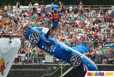 Aksi peserta terjun bersama mobil terbang buatannya pada festival Red Bull di kota Mainz.