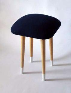 Kultowy vintage stołek z okresu PRL – słynny Patyczak.Mebel jest po gruntownej renowacji.Pokrowiec na siedzisko…