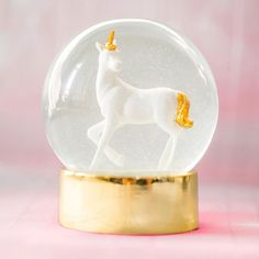We Heart Unicorns sneeuwbol Talking Tables voor een magisch eenhoorn feestje Unicorn Room Decor, Unicorn Rooms, Ice Skating Party, Skate Party, Unicorn Snow Globe, Globe Decor, Mad Hatter Tea, Unicorn Party, Decoration