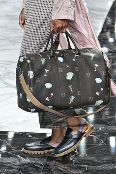 Bolsas Masculinas - Os modelos indispensáveis para 18/19! Imagem: Fendi
