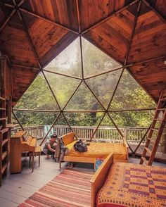 Geodesic dome home 😍 love the openness 🙌 who else would love to stay (or live!) in a dome house? Geodesic Dome Homes, Casas Containers, Dome House, Cabins In The Woods, My Dream Home, Interior And Exterior, Interior Design, Yurt Interior, Tree House Interior