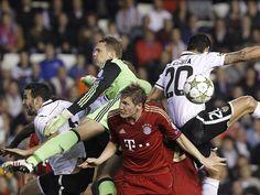 Das war mehr Krampf als Kampf! Die Bayern um Torhüter Manuel Neuer (2.v.l.) und Bastian Schweinsteiger (2.v.r.) sind mitten im Getümmel gegen die Spieler des FC Valencia Adil Rami (l) und Ricardo Costa. Immerhin reichte es zu einem 1:1 für die Münchner. (Foto: Biel Alino/dpa)