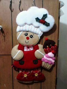 Ginger cocinera Felt Christmas Decorations, Diy Christmas Ornaments, Felt Ornaments, Felt Crafts, Holiday Crafts, Christmas Gingerbread, Christmas Wood, Christmas Projects, Christmas Sewing