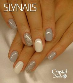 False nails have the advantage of offering a manicure worthy of the most advanced backstage and to hold longer than a simple nail polish. The problem is how to remove them without damaging your nails. Grey Nail Polish, Gray Nails, Neutral Nails, Nude Nails, White Sparkle Nails, White And Silver Nails, Silver Nail Art, Yellow Nails, Silver Color