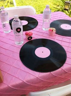 Records as chargers Ariana Grande Birthday, Rockstar Birthday, Rock Star Theme, Rock Star Party, 13th Birthday Parties, 10th Birthday, Birthday Ideas, Rock Baby Showers, Music Themed Parties