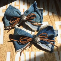 Making Hair Bows, Diy Hair Bows, Diy Bow, Diy Ribbon, Ribbon Bows, Artisanats Denim, Denim Hair, Jean Crafts, Denim Crafts