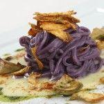 Spaghetti di patate viola con carciofi