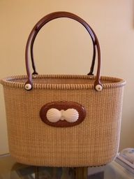 Like this to be my next Nantucket lightship basket purse. Nantucket Baskets, Nantucket Island, Weaving Art, Hand Weaving, Old Baskets, Pine Needle Baskets, Basket Crafts, Bamboo Basket, Martha's Vineyard