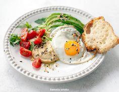 Jajko sadzone z hummusem i awokado