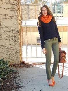 navy sweater, olive theory pants, orange suede wedges - could switch up the solid orange scarf for a printed one with orange Orange Shoes, Orange Wedges, Outfits Pantalon Verde, Fall Winter Outfits, Autumn Winter Fashion, Look Fashion, Fashion Outfits, Casual Outfits, Business Casual Attire