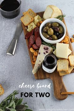 Charcuterie Recipes, Charcuterie And Cheese Board, Cheese Boards, Food Platters, Cheese Platters, Cheese Platter Board, Cooking For One, Wine Cheese, Snacks