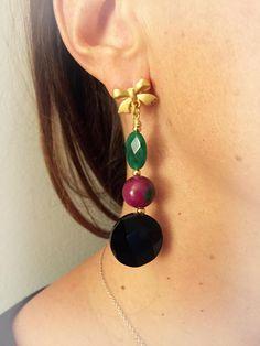 Orecchini pendenti eleganti con pietre colorate agata verde giada fiorita onice nero e fiocco dorato di LesJoliesDePanPan su Etsy