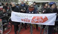 AZ  Velofahrer auf dem roten Teppich lancieren Velo-Initiative