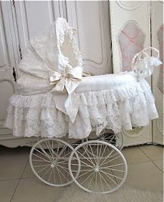 Pram as a bassinet! Why don't prams look like this anymore? If i ever find one This is what i am doing! Vintage Stroller, Vintage Pram, Prams And Pushchairs, Dolls Prams, Baby Buggy, Baby Prams, Baby Bassinet, Baby Cover, Baby Carriage