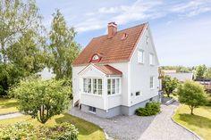 Mycket fint med ljust grå fasad med vita knutar. Kanske blir det ännu finare med svart tak. Vacker 1920-talsvilla i lugn BrommaKyrka idyll.