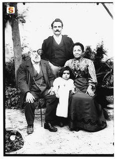 Il fotografo Giulio Pili, in piedi, con i genitori (Sardegna, fine '800)