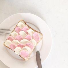 """行けないなら自分で作ちゃお♡ウェーブトーストだけじゃない、韓国の人気カフェメニュー""""再現アレンジ集"""" - isuta[イスタ] - おしゃれ、かわいい、しあわせ - Cafe Food, Breakfast Dessert, Bubble Tea, Aesthetic Food, Creative Food, Food Photography, Food Porn, Toast, Yummy Food"""