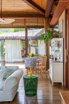 As peças da designer Marília Calareso trazem vida e alegria à casa de praia com decoração rústica.