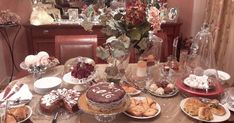 Η μηλόπιτα που έκλεψε την παράσταση, στον καφέ με τις φίλες μου τις μέρες της Πρωτοχρονιάς!!!          Φανταστική μηλόπιτα!  Η γλυκιά β... Table Settings, Blog, Cakes, Drink, Beverage, Table Top Decorations, Mudpie, Blogging, Cake