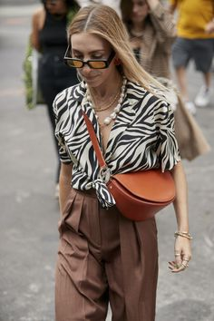 Attendees at New York Fashion Week Spring 2020 - Street Fashion 2020 New York Fashion Week Spring 2020 Attendees Pictures New York Fashion, Milano Fashion Week, 2020 Fashion Trends, Fast Fashion, Fall Fashion Trends, Fashion 2020, London Fashion, Spring Fashion, Autumn Fashion