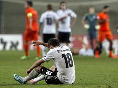 Patrick Herrmann sitzt nach der 2:3-Niederlage im EM-Auftaktspiel der deutschen U 21 gegen die Niederlande auf dem Rasen. (Foto: Roland Weihrauch/dpa)