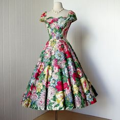 From the generously sized floral pattern to the feminine tailoring, I'm head-over-heels for this enchantingly pretty 1950s dress. #fashion #1950s #dress #vintage #summer #floral #flowers