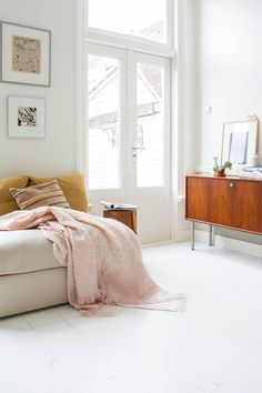 Studio Nienke Hoogvliet - Hide blush Pink blanket, mustard colored pillows and the wood = perfect!