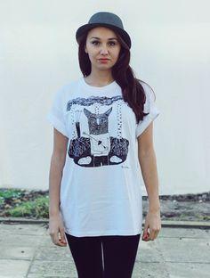 *UNISEX tričko s liškou M* Pánske tričko, ktoré si od drahého radi požičiate!!! Kvalitné pánske tričko bielej farby značky B, 100% bavlna 200g. Na tričku je ilustrácia ku knihe - Balada o srdci. Technika - sieťotlač. Prosím, pokúste sa správne určiť veľkosť, aby sme nemuseli tričko vymieňať. Ďakujem :-). FOTO s modelkou: i.v - iné videnie. M: šírka: 52cm ...