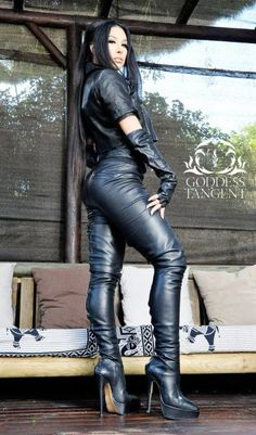 women in leather Photo Black Leather Pants, Leather Gloves, Image Blog, Bike Leathers, Botas Sexy, Leder Outfits, Female Supremacy, Sexy Latex, Girl Smoking