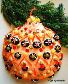 Скоро новый год, предлагаю идею салатика в виде новогоднего шара. Я придумала этот салат для кулинарного конкурса в прошлом году. Получилось очень красиво и вкусно.Крабовые палочки (снежный краб)яйцалуккукурузамайонезВсе порпезать, заправить майонезом. Придать форму , обмазать смесью мацйонез+кетчуп и украсить. Для украшения - маслины, морковка, горошек,кукуруза,красная икра и майонез.