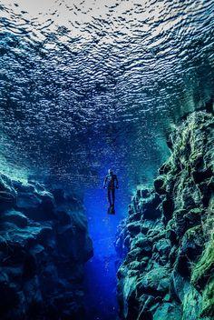 Tauchen auf Island? Ja, das geht! In der Silfra Spalte zwischen der europäischen und der amerikanischen Kontinentalplatte gibt es daür perfekte Bedingungen und eine atemberaubende Natur.