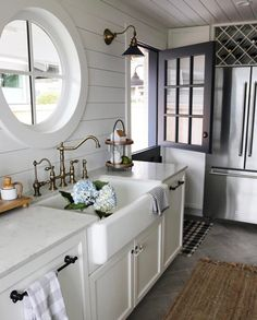 How charming is that round window and the Dutch door
