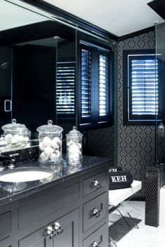 Simple as Black and White: Bed and Bathroom Design Done Right Hot Pink Room, Stone Texture Wall, Monochromatic Room, Home Decor Dyi, Traditional Style Homes, Masculine Interior, Victorian Design, Black Wallpaper, Best Interior Design