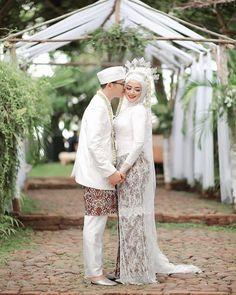 Pre Wedding Poses, Wedding Picture Poses, Wedding Couples, Javanese Wedding, Indonesian Wedding, Wedding Hijab Styles, Muslimah Wedding Dress, Foto Wedding, Akad Nikah