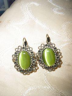 Handgefertigte Ohrringe mit grünem Stein in einem bronzenen Ohrring. Gemstone Rings, Vintage Fashion, Pearl Earrings, Gemstones, Pearls, Etsy, Jewelry, Accessories, Green Stone