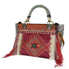 Handtas met handvatten en schouderband in bohemian stijl in rood en bruin, gedecoreerd met franje en mooi band. Zeer praktisch met vakken, handgemaakt en OOAK.