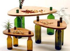 Un recyclage intelligent : des bouteilles vides servent de pieds pour fabriquer des tables basses !