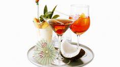Скачать обои шпажка, кокос, бокалы, стакан, коктейли, поднос, раздел еда в разрешении 1366x768